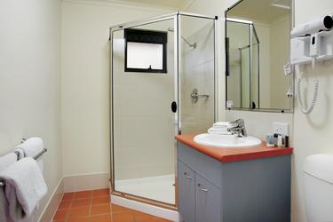 Bad mit Dusche im Apartment