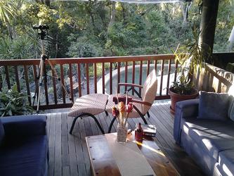 Lounge im Haupthaus mit Blick auf den Pool