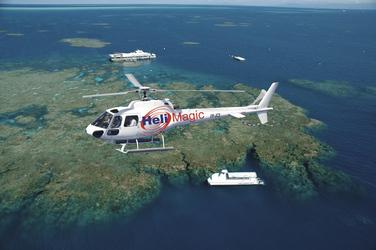 Per Helikopter über das Riff