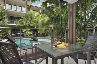 Terrasse eines Pooldeck Apartments