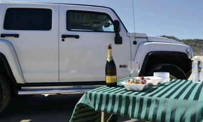 Hummer Allrad-Fahrzeug und Picknick-Tisch