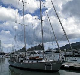 Ocean Free im Hafen von Cairns