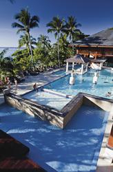 Resort Pool oberhalb vom Strand