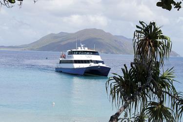 Ein Katamaran verkehrt zwischen Cairns und Fitzroy