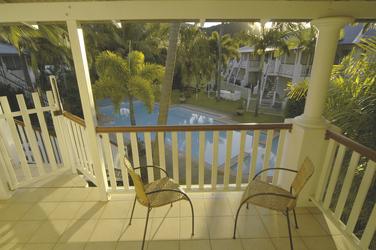 Balkon mit Pool- und Gartenblick