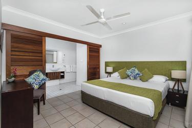 Hauptschlafzimmer im 2 SZ Apartment (Beispiel), ©OPEN2VIEW NTH QLD