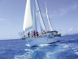 Kiana Segel-/Tauchschiff unterwegs