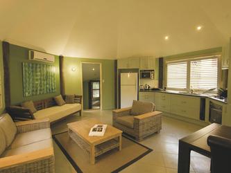 Wohnbereich und Küche im Bungalow