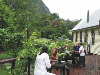 Terrasse vor den Orchard-Zimmern