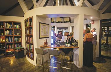 Bar und Bibliothek, ©Lovegreen Photography