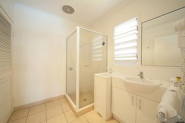 Bad mit Dusche und WC, ©TROPIX PHOTOGRAPHY