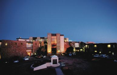 Desert Cave Hotel am Abend
