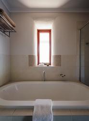 Eco Villa, Badezimmer mit Dusche und Wanne