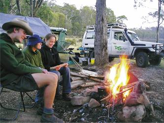 Am Lagerfeuer in einem Camp