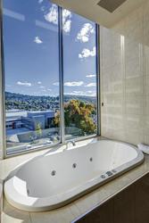 Wanne mit Ausblick im Apartment, ©Nick Osborne
