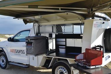Campingküche mit Kühlbox und Gaskocher