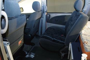 Dritter Sitz hinter dem Fahrer