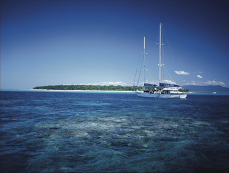Ocean Free Segelschiff vor Green Island