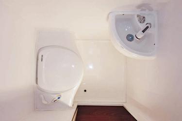 Naßzelle mit Dusche, Toilette und Waschbecken