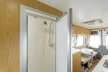Sanitärraum mit Dusche und Toilette