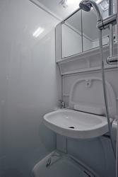 Sanitärraum mit Dusche und WC