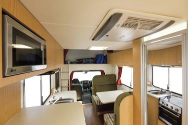 Mittelsitzgruppe und Bett über dem Fahrerhaus