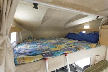 Bett über dem Fahrerhaus