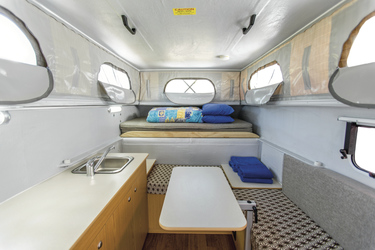 Sitzbank und Bett über dem Fahrerhaus