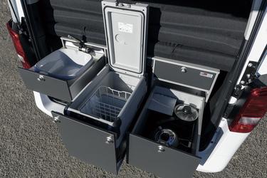 Spülschüssel, Kühlbox und Gaskocher
