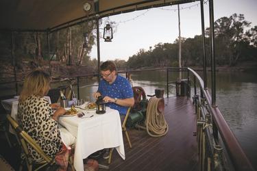 Abendessen an Bord, ©Tamara Cadd