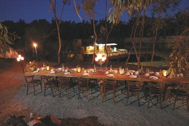Abendessen am Flussufer
