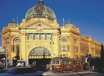 Vor dem Bahnhof Flinders Street