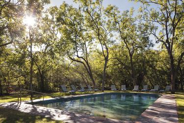 Einladender Pool mit Schatten