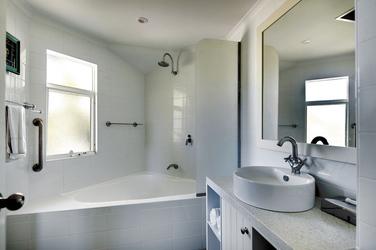 Bad mit Eckwanne (2 Schlafzimmer Apartment)