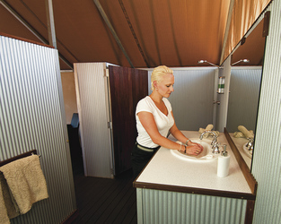 Bad mit Dusche im Superior-Zelt