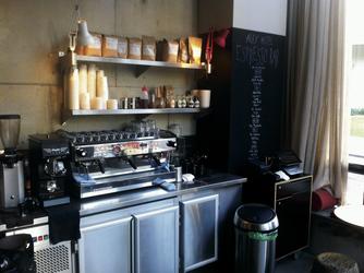 Bei den Gästen bleibt: Kaffeebar im Erdgeschoss