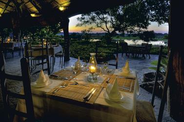 Am Abend im Speisesaal, © Stuart James Arnold / Kalahari Images