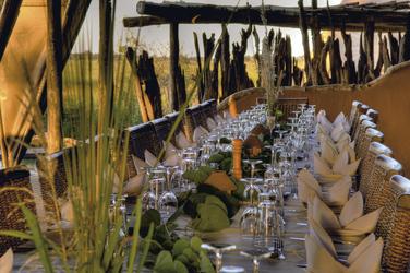 Gemeinsames Abendessen , © Stuart James Arnold / Kalahari Images