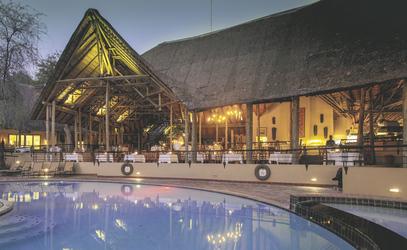 Hauptgebäude mit Pool, ©Under One Botswana Sky