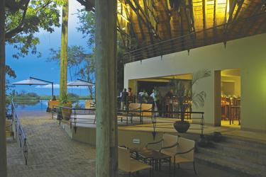 Außenbereich mit Bar, ©Under One Botswana Sky