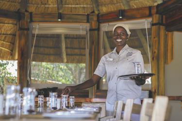 Mitarbeiterin im Camp Okavango, ©Desert & Delta Safaris