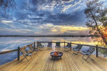 Feuerstelle im Sonnenuntergang, ©Desert and Delta Safaris