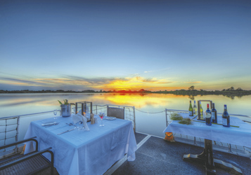 Dinner am Wasser, ©Desert and Delta Safaris