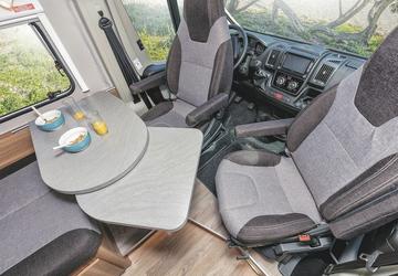 Esstisch und drehbare Sitze