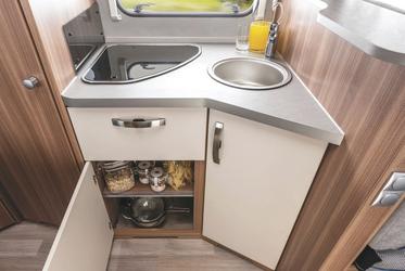Küche mit Gasherd und Spüle