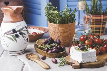 Griechische Oliven und Feta