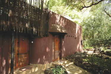 Die Lodge passt sich der Umgebung an©Amboseli Serena Safari Lodge;