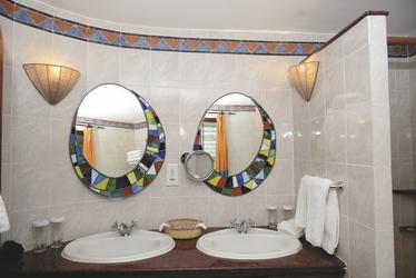 ©Amboseli Serena Safari Lodge; Masaistil im Badezimmer