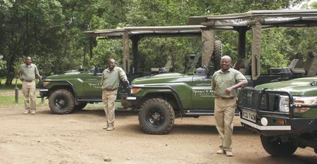 Die Guides mit den Safarifahrzeugen, ©Governors'