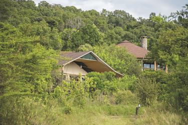 Eins der Safarizelte und das Haupthaus der Lodge, ©Georgina Goodwin
